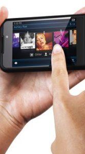 Je kunt met 10 vingers met multitouch-scherm bedienen.