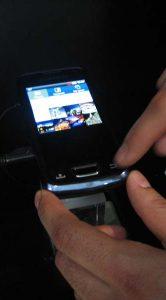 Door de ingebouwde projector en grotere batterij is de Samsung Beam wel iets dikker dan normaal.