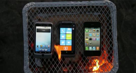De HTC Desire Z, de HTC Surround en de iPhone 4 op de barbecue