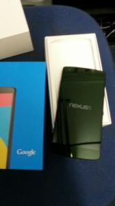 Nexus 5 afbeelding toont toestel en verpakking