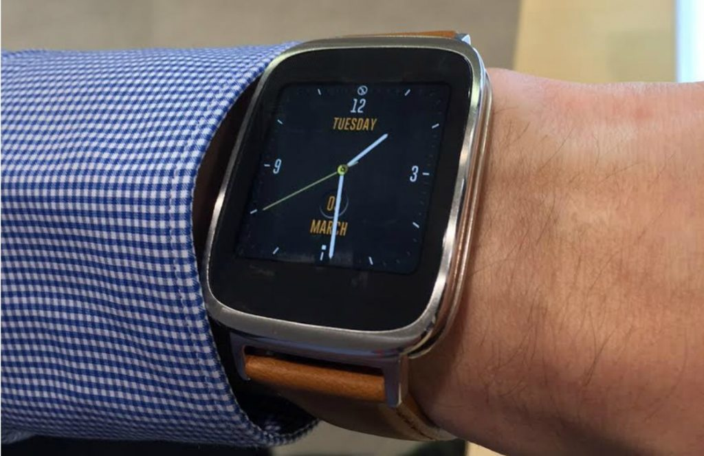 Android Planet-uitgever Peter met de Zenwatch op het Mobile World Congress