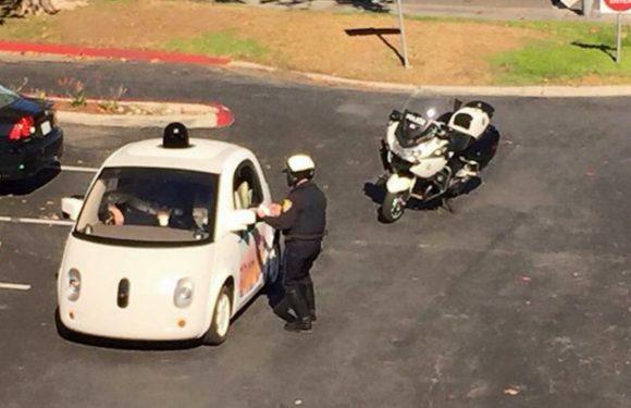 Zelfrijdende auto Google rijdt te traag, wordt aangehouden