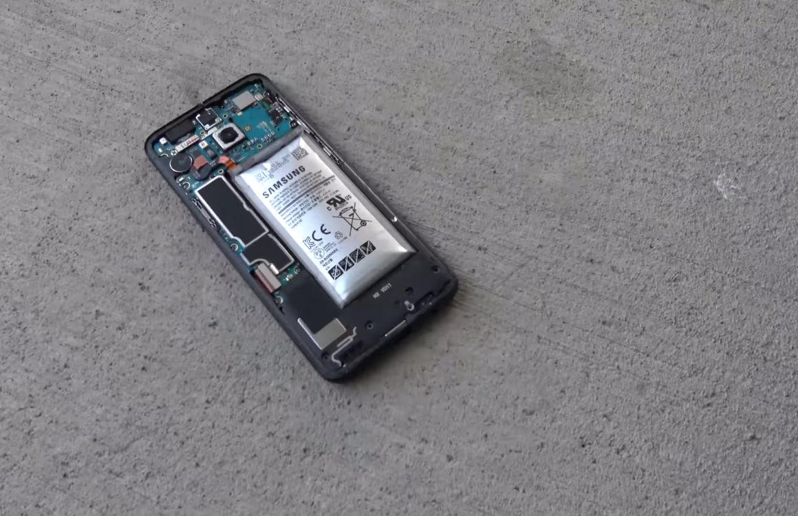 Dit gebeurt er als je de accu van de Galaxy S8 raakt met een zaag