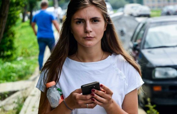 Lopen met je smartphone is gevaarlijk: dit zeggen onderzoeken