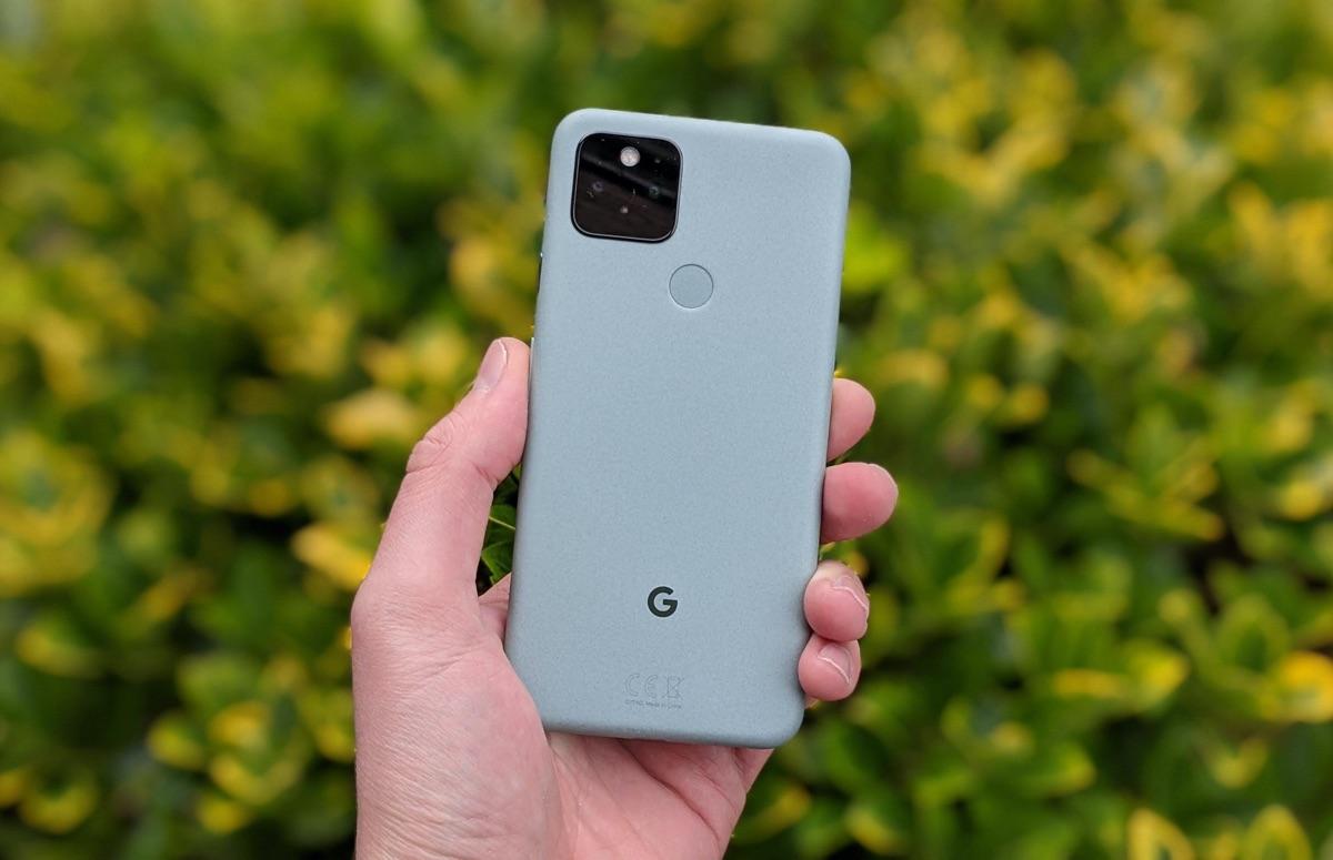 Google Pixel 5 verandert in draadloos oplaadstation als je een usb-c-kabel aansluit