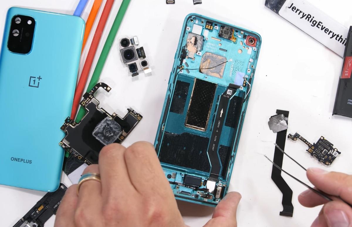 Teardown: zo ziet de OnePlus 8T er van binnen uit