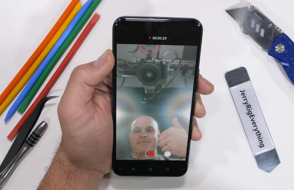 Video: ZTE Axon 20 5G met frontcamera achter scherm uit elkaar gehaald